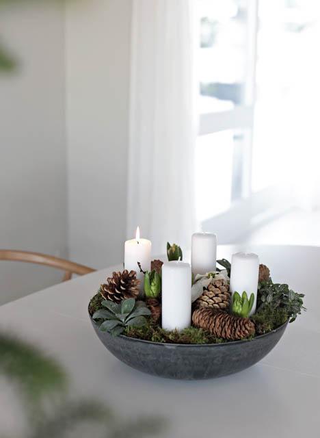 idea decoro per la tavola di natale pigne e candele