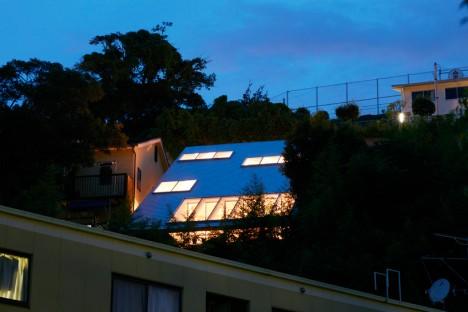 esterno illuminato di una casa giapponese in collina