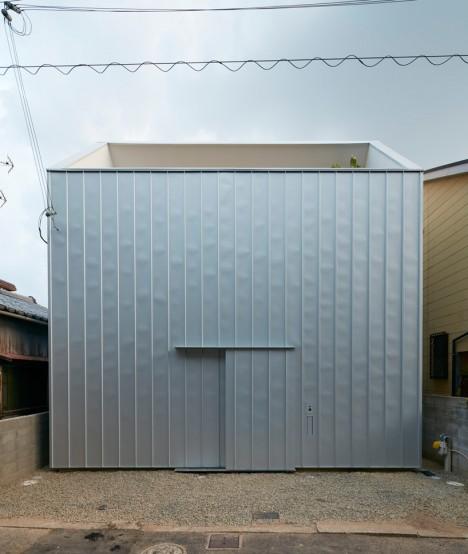 facciata moderna di una casa giapponese in collina