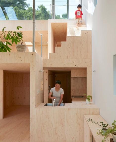 cucina a vista in legno di una casa giapponese di design