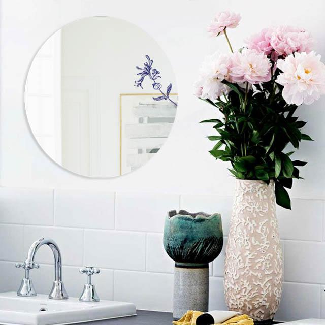 decorare con gli specchi la parete del bagno