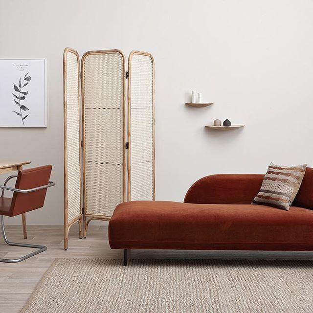 divano chaise long color terra bruciata in living minimal