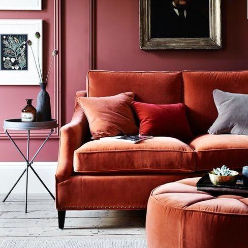 classico divano in velluto abbinato con pouf