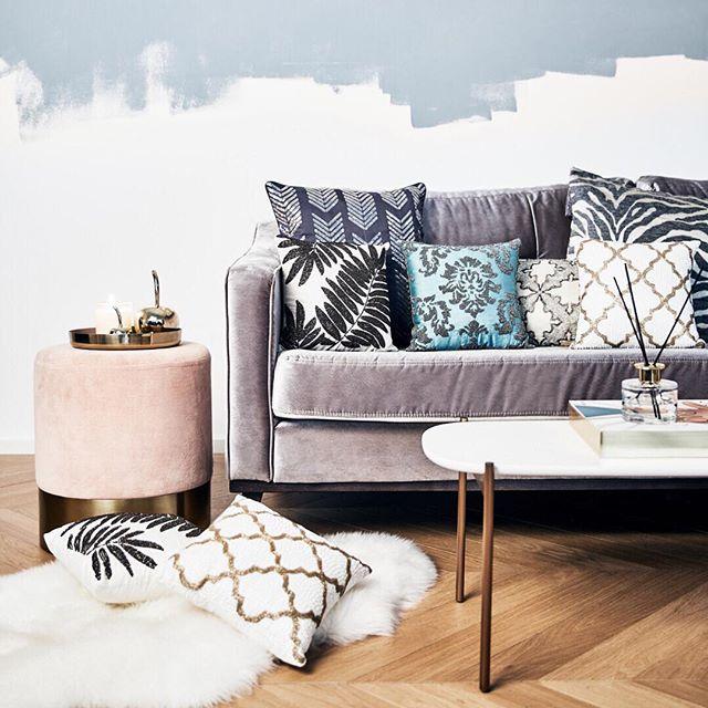 sofisticato divano in velluto in rosa grigio con pouf rosa cipria