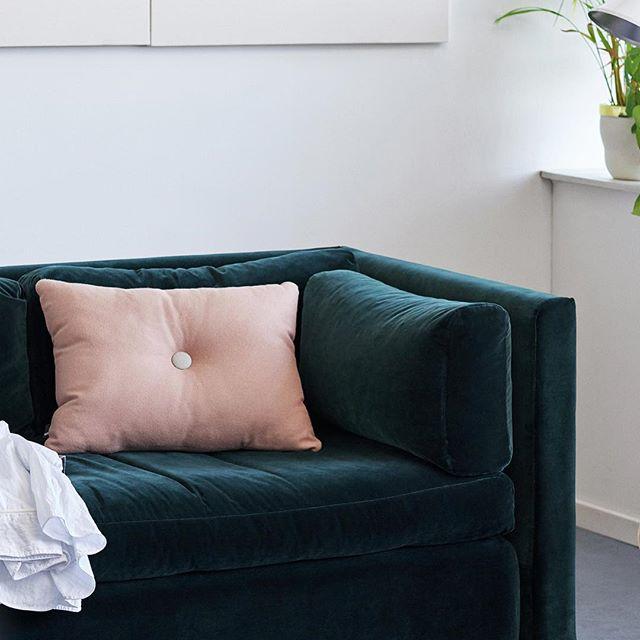 dettaglio divano in velluto verde scuro