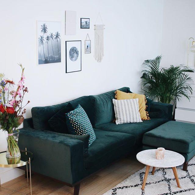 divano in velluto verde scuro con abbinato poggiapiedi