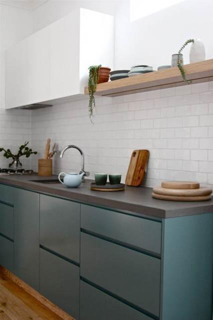 cucina verde con mensola a vista