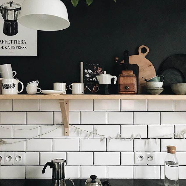 mensola in legno con tazze per la colazione