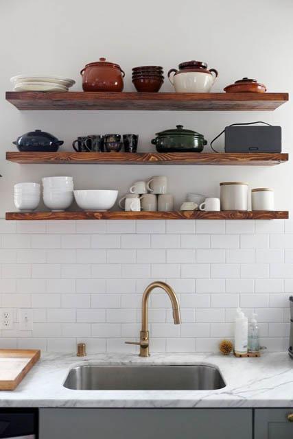 cucina con piano in marmo e mensole a vista