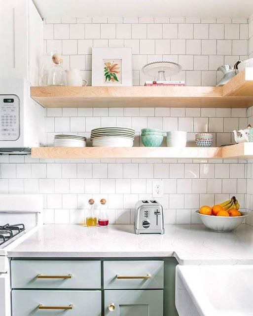 cucina verde menta e bianca con mensole a vista
