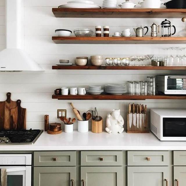 Le mensole a vista in cucina: belle ma anche funzionali?