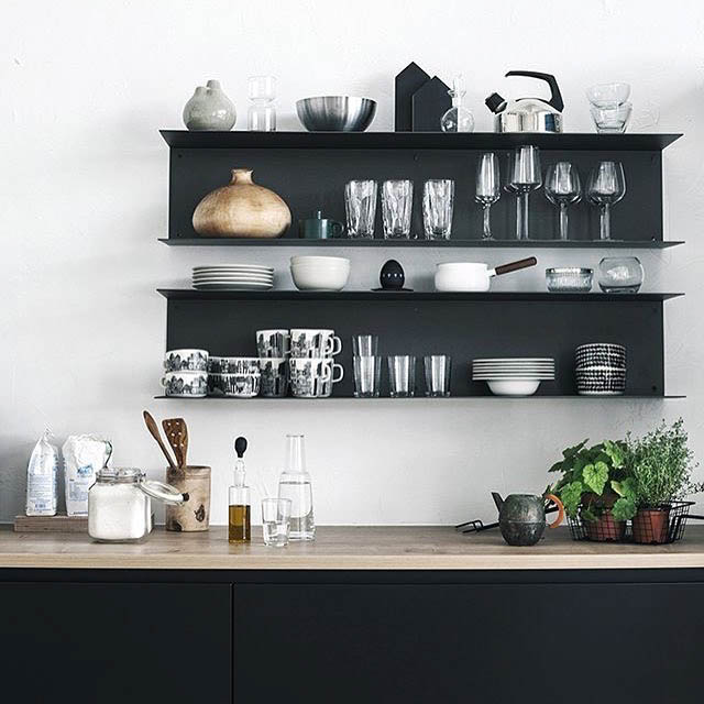 cucina nera con mensole in metallo nere