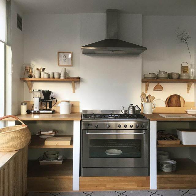 cucina con mensole a vista