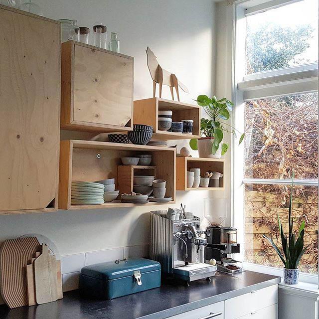 cucina con mensole per la zona colazione con macchina del caffè