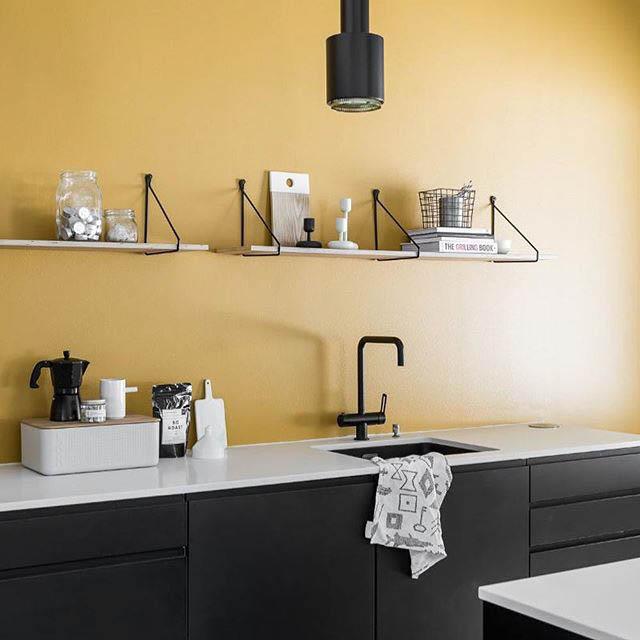 cucina moderna con mensole a vista bianco e nero