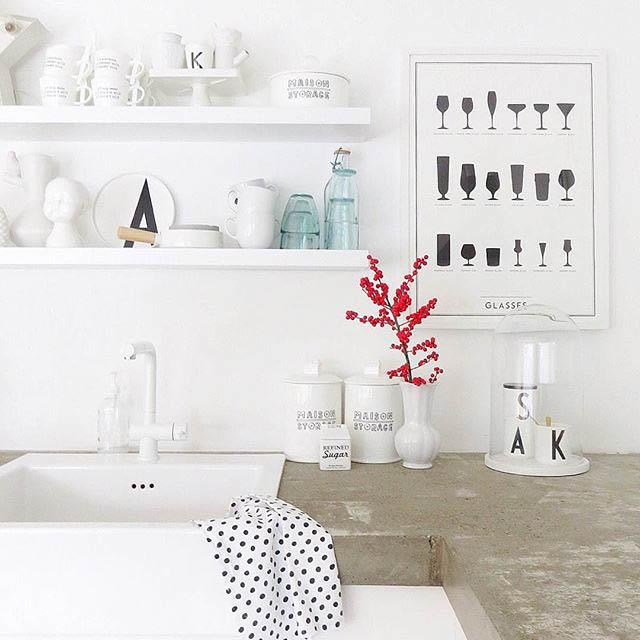 cucina total white con mensole a vista