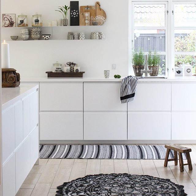 cucina totale white con mensole a vista