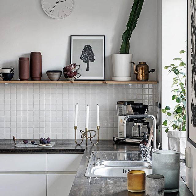 cucina moderna con mensola in legno a vista