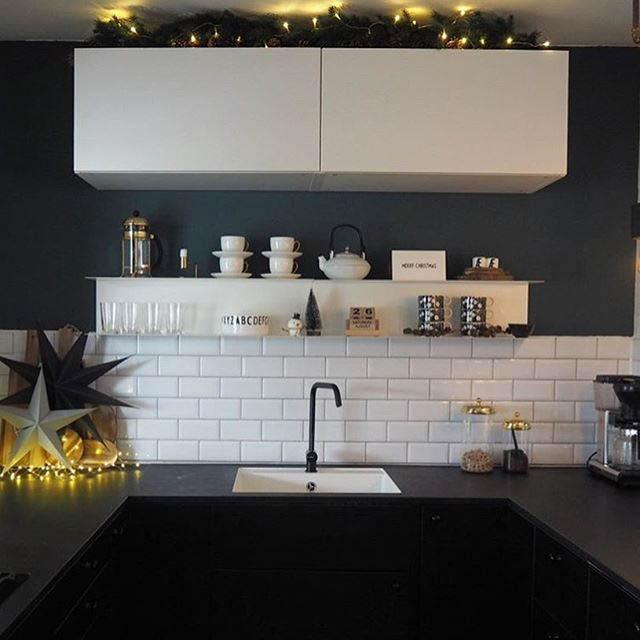 cucina moderna nera con mensola in metallo bianca