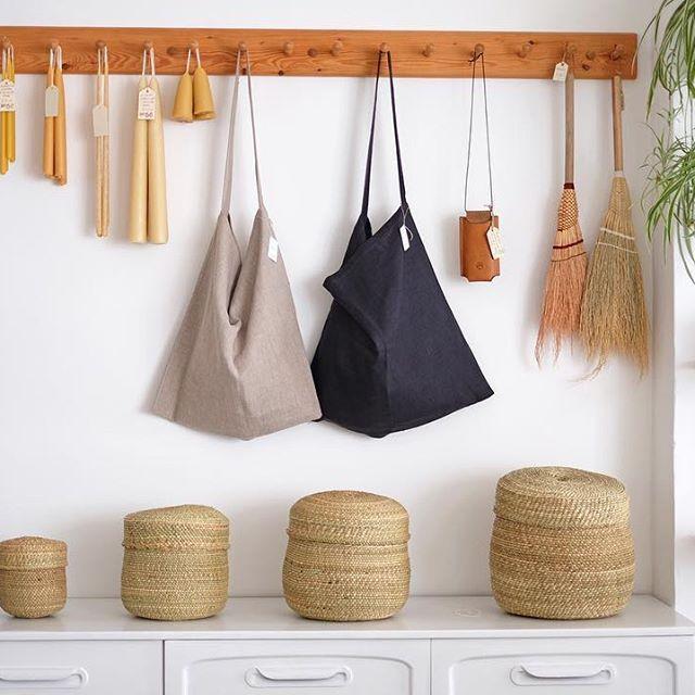 appendiabiti in legno con borse in tela e candele