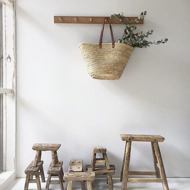 peg rail in legno con borsa in vimini