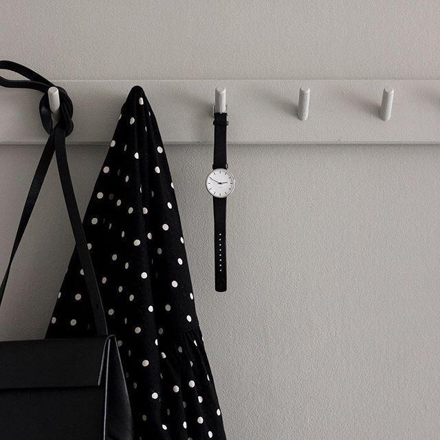 appendiabiti bianco con orologio nero