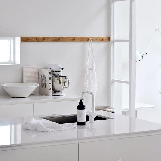 appendiabiti in legno in cucina bianca