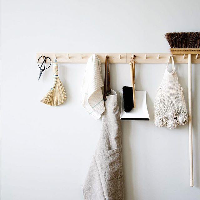 lungo peg rail in legno con attrezzi per la cucina