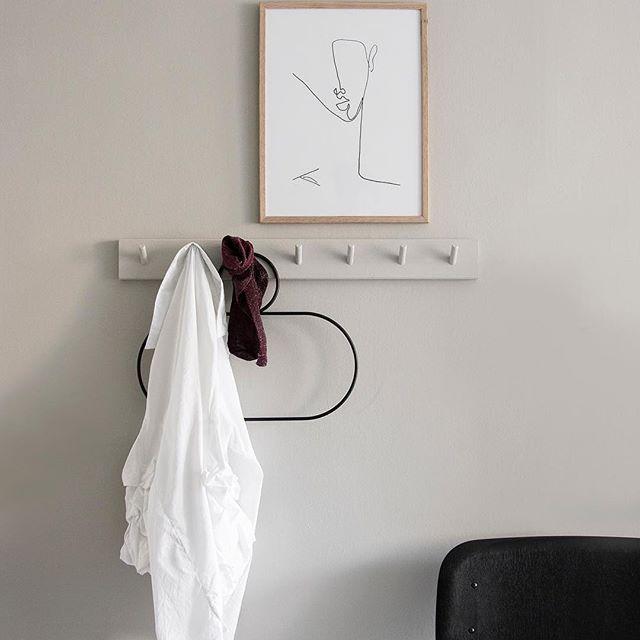 peg rail bianco con gruccia di design nera