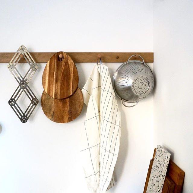 appendiabiti con utensili da cucina