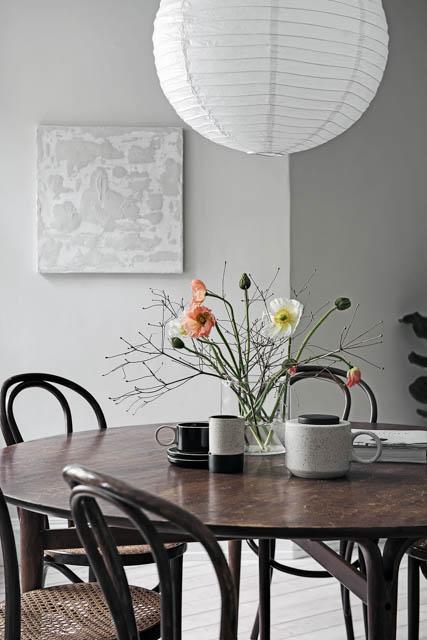 tavolo da pranzo rotondo con vaso di fiori