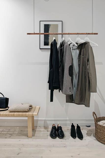 porta abiti sospeso con panca e cesto in vimini
