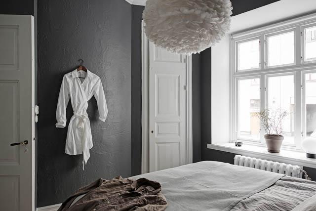 camera da letto con parete grigia