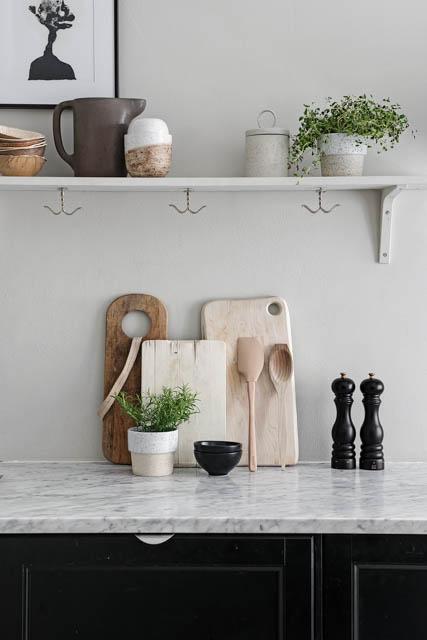 taglieri in legno e mensole a vista in cucina