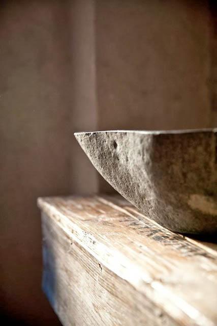 lavabo in pietra su top in legno stile wabi sabi