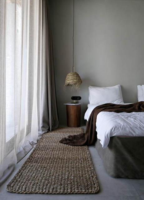 camera da letto con tappeto e lampada in materiale naturale