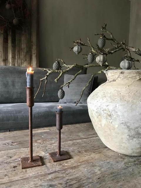 vaso e tavolino in materiali naturali stile wabi sabi