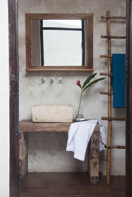 bagno arredato con elementi naturali pietra e legno