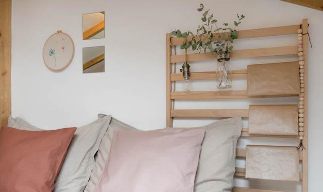 rete a doghe trasformato in un comodino per la camera da letto