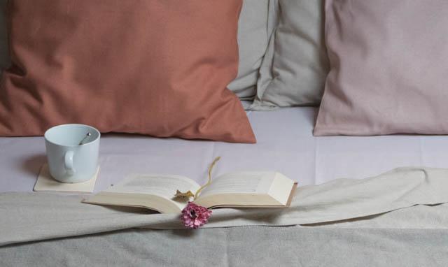letto con libro e tazza colazione