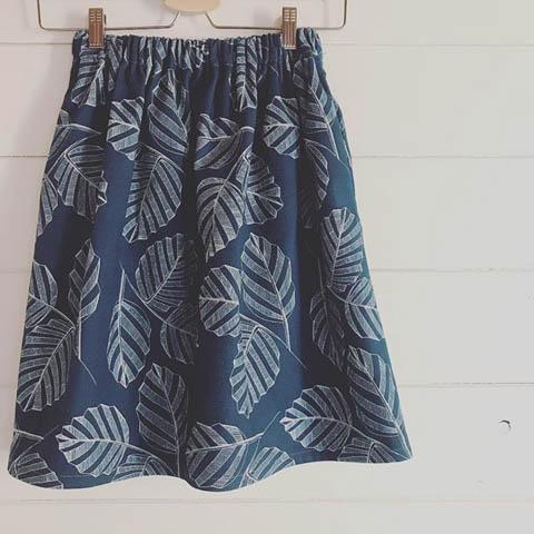 gonna sartoriale blu con foglie stampate bianche