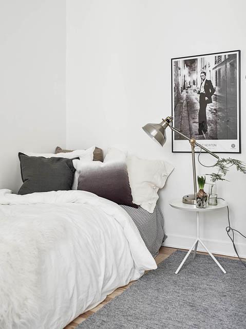 letto singolo con comodino e lampada