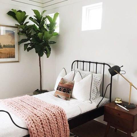 camera ospiti con letto in ferro battuto nero