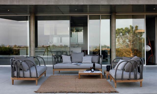 terrazzo con poltrona e divano di design in teak