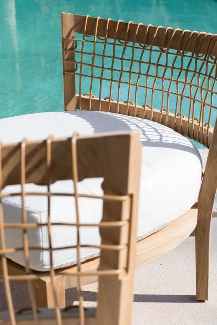 una poltrona con cuscino a bordo piscina