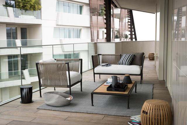 terrazzo arredato con poltrona e divano di design con tappeto
