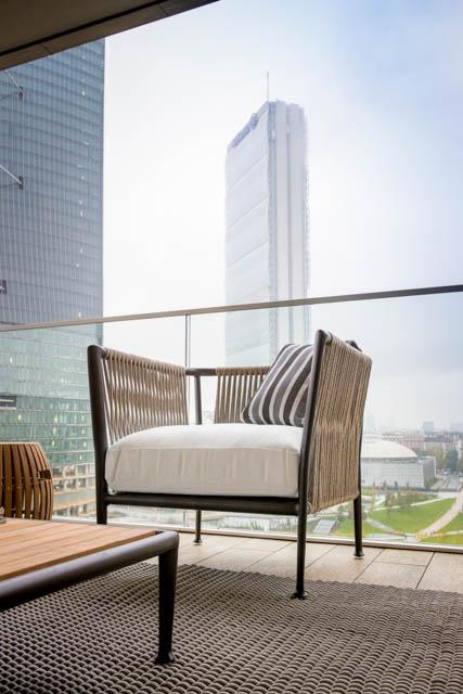 poltrona di design da esterno su terrazzo città