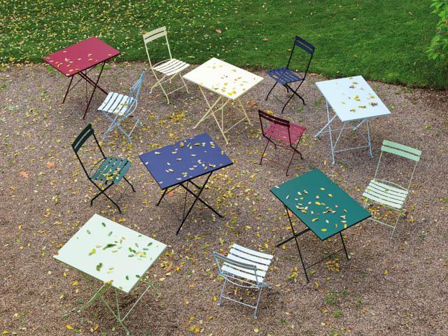 tavolino e sedie in ferro battuto colorati