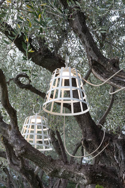 lampada design da esterno a sospensione su un albero