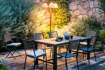 terrazzo con tavolo e sedie da esterno